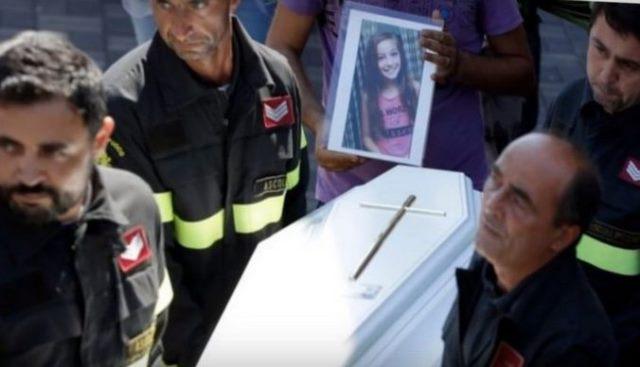 Спасатели нашли тело 8-летней девочки под обломками. То, что она сделала перед смертью, потрясло всех