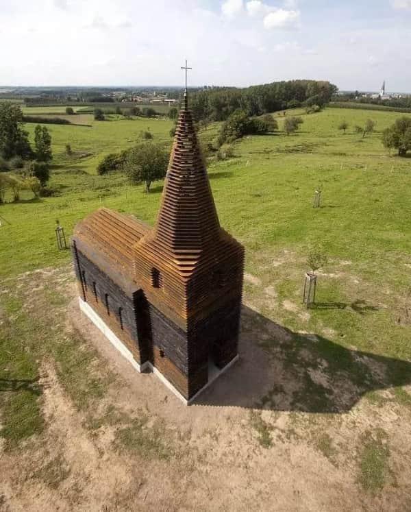 С первого взгляда может показаться, что это просто старая церковь