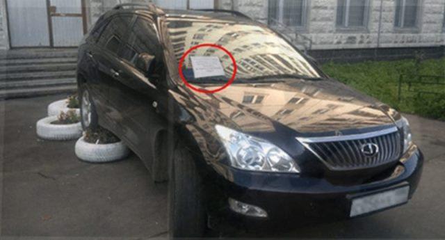 Мужчина испугался записки, которую увидел на своей машине