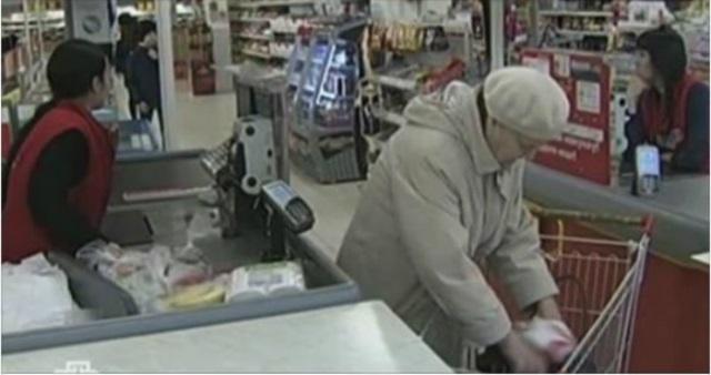 Старушка отомстила кассирше в супермаркете. Будет знать, как издеваться над людьми!