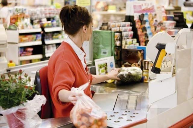 Клиент всегда прав? Покупательница назвала кассиршу неудачницей. На счастье той, это услышал администратор!