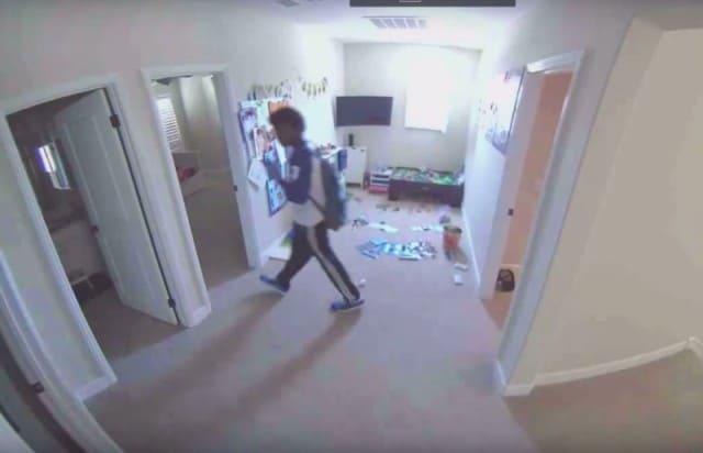 Родители услышали шум в детской и посмотрели на экран скрытой камеры..