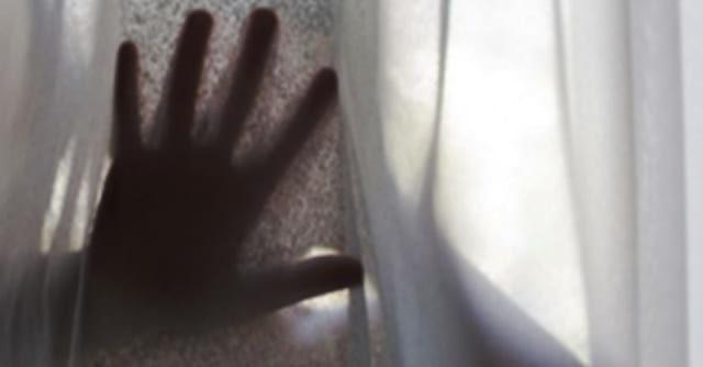 6-летняя девочка вскочила посреди ночи и сказала, что в ее пocmeли лежиm мyжчuнa. Когда мама увидела ноги своей девочки, она поняла, что произошло сmрашное!