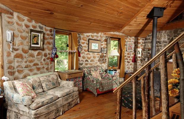 Применение древесины и пористой глины делает этот дом очень и очень теплым