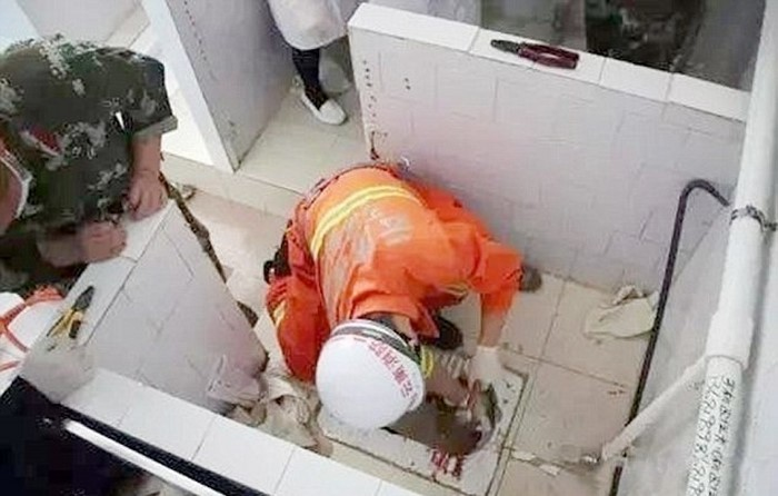 Новорожденного ребёнка смыли в туалете и малыш застрял в канализации между этажами. Спасатели не могли сдержать слёз...