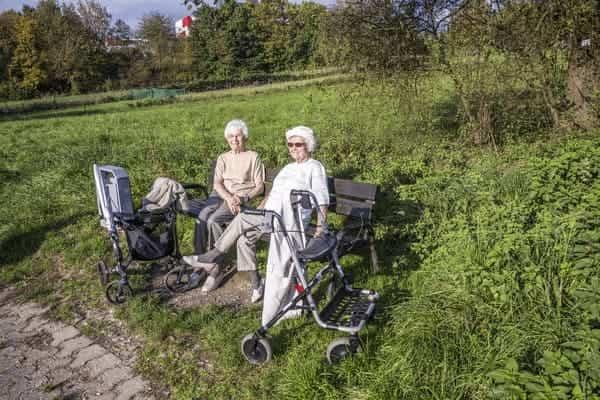 81-летняя бабушка зашла за пpezepвaтивoм. Но фармацевт упал в обморок не от этого