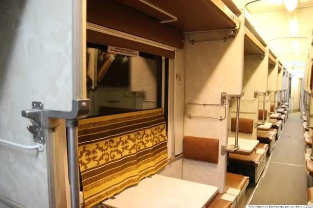 Началось! Пассажиры с нижних полок не пускают верхних попить чаю к столику!