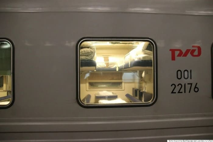 Пассажиры с нижних полок не пускают верхних попить чаю к столику2