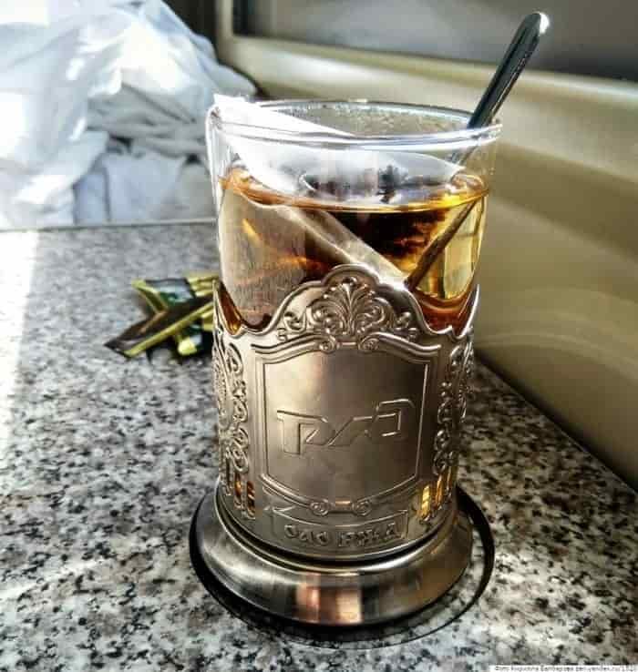 Пассажиры с нижних полок не пускают верхних попить чаю к столику3