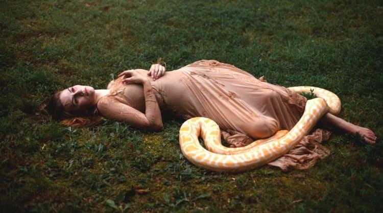 Женщина засыпала в обнимку с питоном, пока не заподозрила нечто...