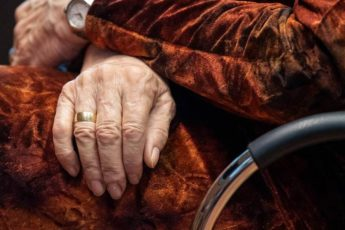 Внучка решила проучить бабушку и раскрыть хранившийся 60 лет секрет