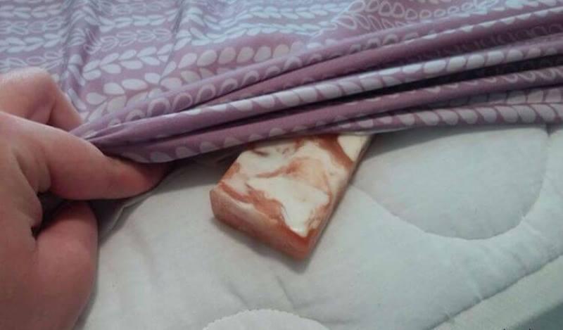 Засуньте кусок мыла под простынь. Утром всё будет совершенно по-другому!