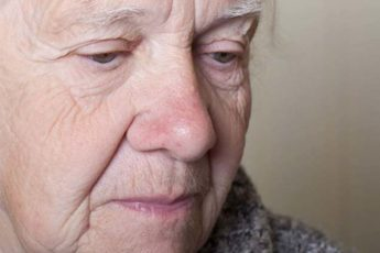 Когда у стариков появляется неприятный запах и что с этим делать