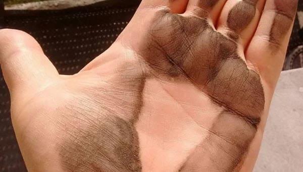 Чёрная пыль на подоконнике: чем она опасна