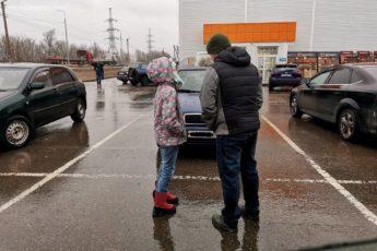 К мужу возле магазина подошла плачущая девочка. Но он принял единственно верное решение: сделал шаг назад и вызвал полицию