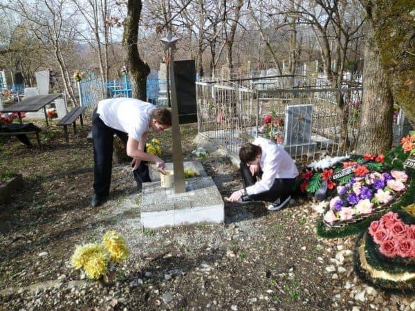 Почему нельзя трогать чужие могилки, когда вы на кладбище