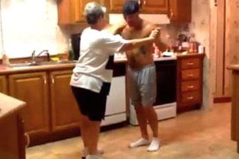 Сын танцует с мамой на кухне! Невероятно зажигательный танец мамы и сына