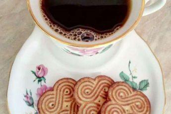 Начальник как-то зашел в закуток к уборщице, она и ему кофе предложила с печеньем